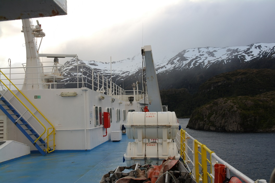 16 nauwgezet varen we door de nauwe kliffen, zicht op de veelal onbewoonde eilandjes, betoverend mooi