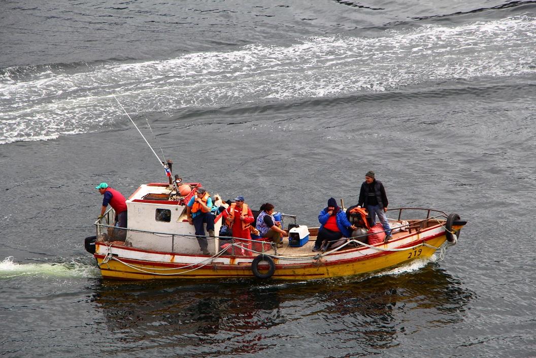 24 tussenstop in de wateren van Puerto Eden, boten varen af en aan voor ophalen van goederen, de post en een enkele medereiziger-ster