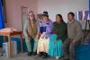 18 samen met Victor en Julia op de foto, de kinderen genieten..., Wim met muts en Willie met hoed zoals gedragen in Bolivia