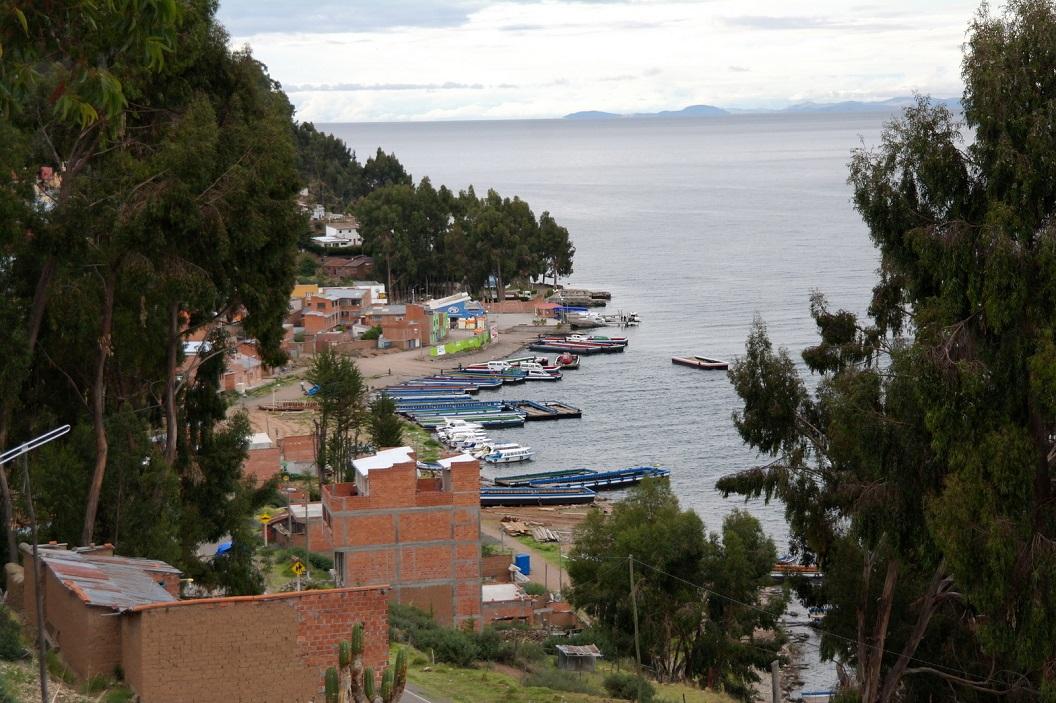 08 zicht op het haventje van San Pedro de Tiquina met vooral wachtende platte veerboten. Ze liggen waarschijnlijk klaar voor morgen, het is al laat in de middag