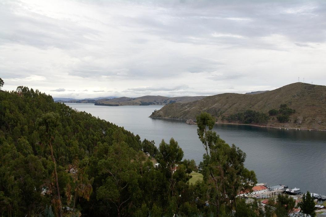 10 het Lake Titicaca ligt in de Andes tussen Peru en Bolivia op 3812 meter boven de zeespiegel, en is het hoogste commercieel bevaarbare meer ter wereld.