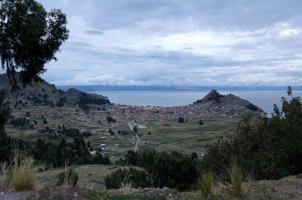 13 zicht op Copacabana, een klein dorpje aan de Boliviaanse zijde van het Titicacameer en bekent om haar Basiliek