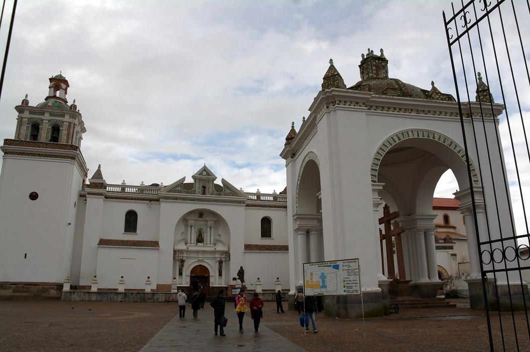 19 de Basiliek van Onze-Lieve-Vrouw van Copacabana. De religieuze vieringen in Copacabana, het culturele erfgoed en traditionele feesten zijn bekend in heel Bolivia