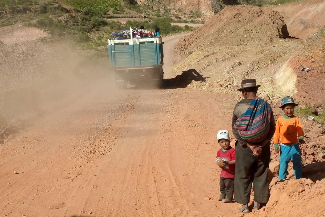10 een vrachtauto vol passagiers gaat ons voorbij, we doen kalm aan op deze route