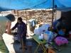 03 rond de middag stoppen we in een klein dorpje bij een winkeltje waar vers geroosterde vis wordt verkoopt