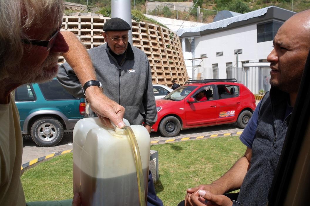 34 Samen met Alberto en zoon Luis rijden we tot buiten het centrum van Sucre naar een tankstation waar nog diesel te koop is, en na een hartelijk afscheid vetrekken we richting La Paz