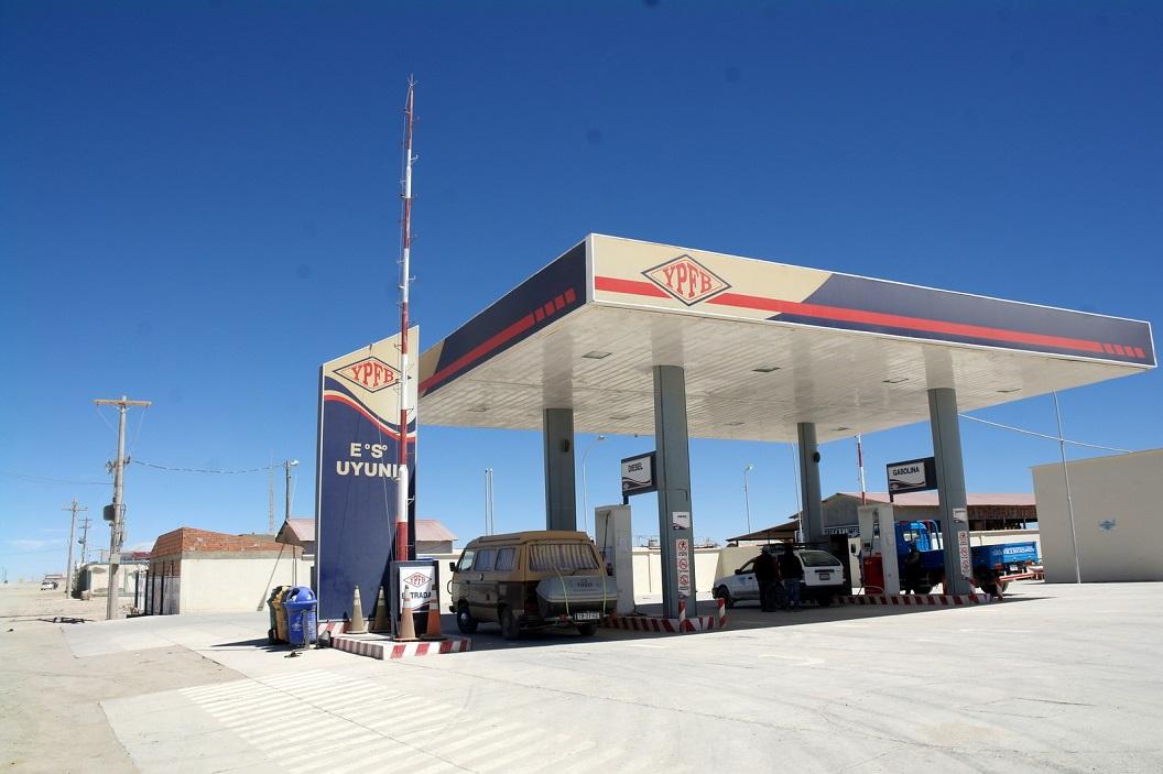 01 bij aankomst in Uyuni gaan we eerst tanken, blij met geluk bij het 2e tank station, een volle tank. Diesel blijkt in Bolivia niet altijd even goed verkrijgbaar