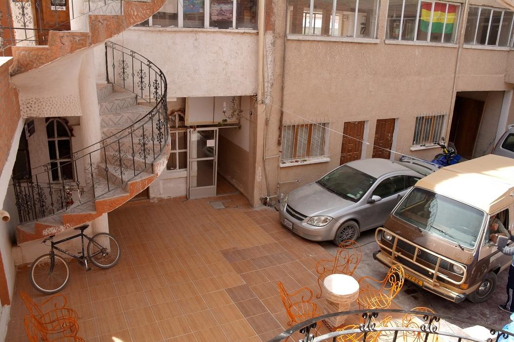04 ons busje geparkeerd op het binnenplaatsje van het Hostal Liliana, een prachtig plaatsje en makkelijk toegankelijk om er ons dagelijks potje te kunnen blijven koken