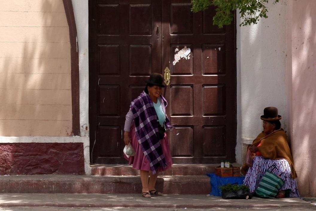 11 verkoopster(s) van eigen producten op een hoekje bij de kerk van Uyuni