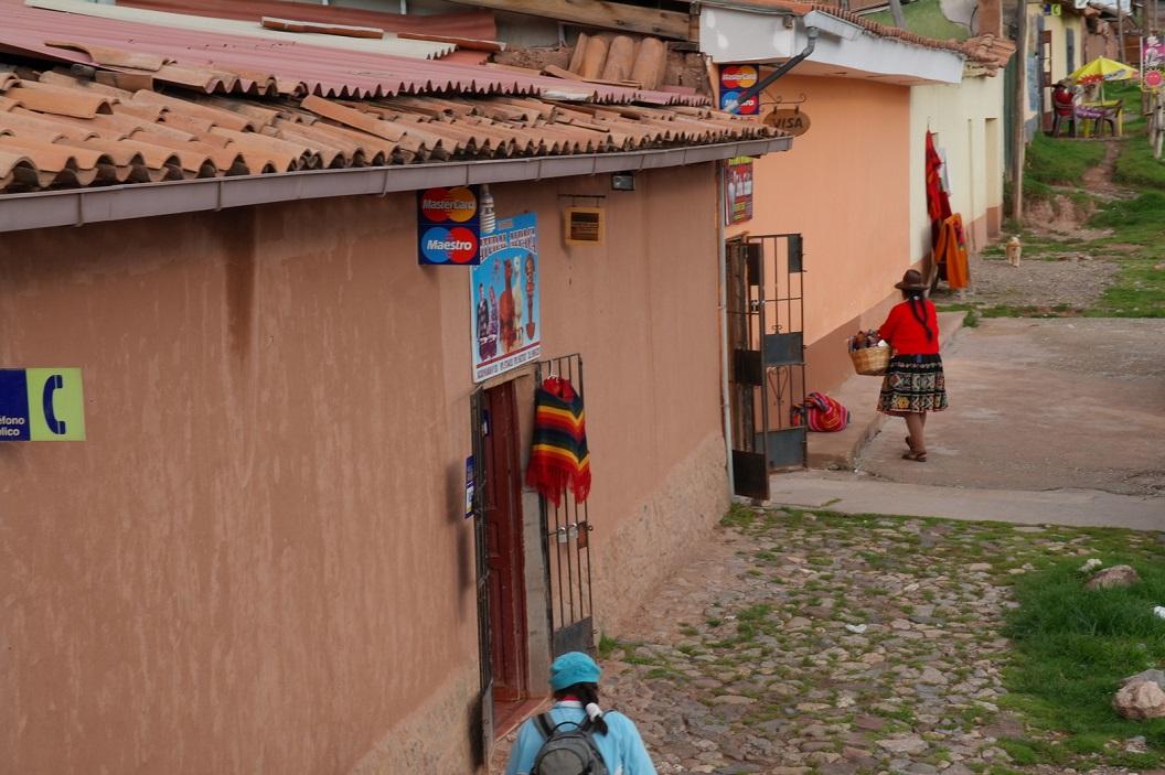 12 winkeltjes met kleding, sieraden en souvenirs, wij als toeristen worden er ontvangen met een bekertje Cocathee, op deze hoogte (3326 m) gedronken tegen hoogte ziekte