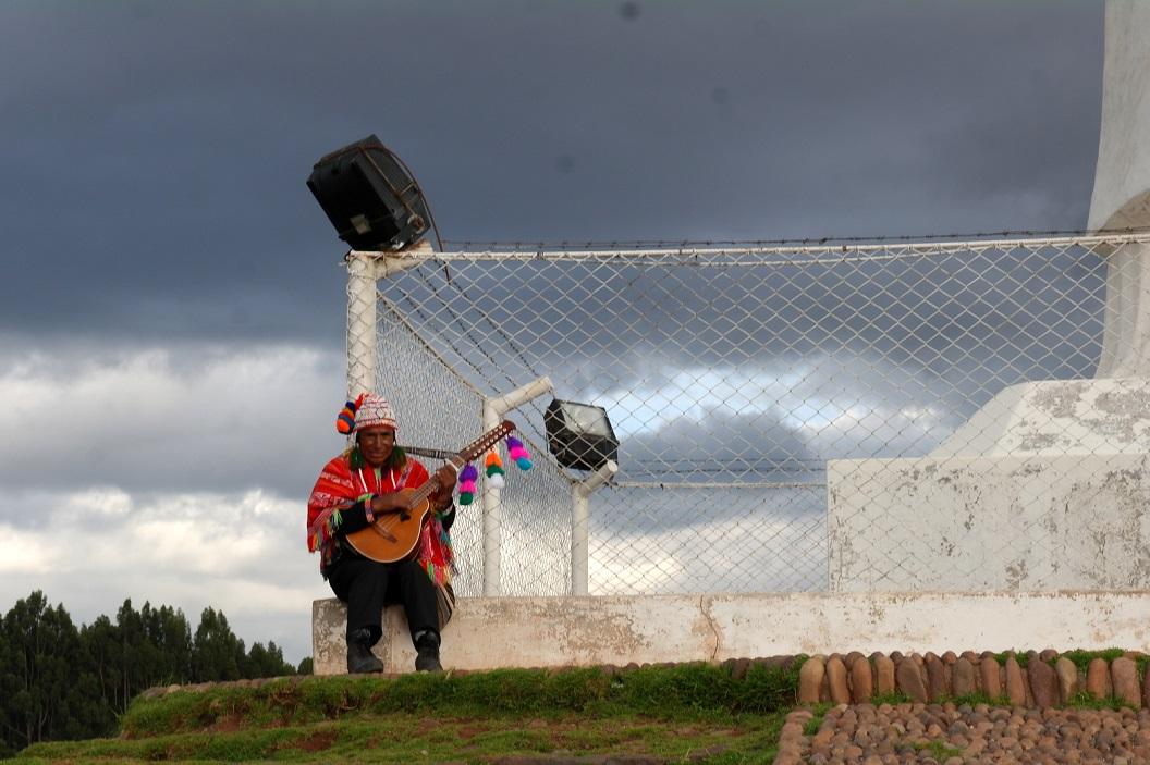 18 muzikant op de top van Sacsayhuaman, een belangrijke Inca-site op de heuvel boven Cuzco