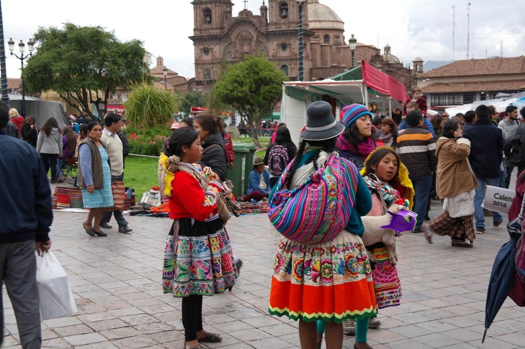 31 de sfeer is zowel traditioneel als toeristisch, iedereen doet mee