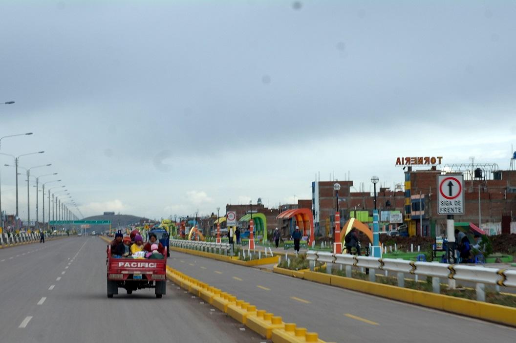 11 bij het uitrijden van Juliaca een nieuwe weg, op weg naar Cusco (siga de frente - ga rechtdoor)