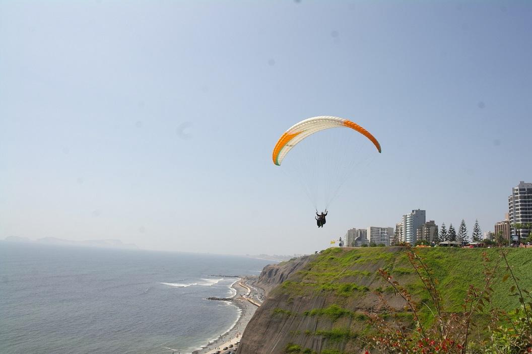 36 Paragliding vanaf een klif bij Parque Raimondi. Miraflores, een van de aantrekkelijkste wijken van Lima.