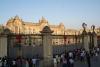49 Palace of Government, belangstelling voor wisseling van de wacht