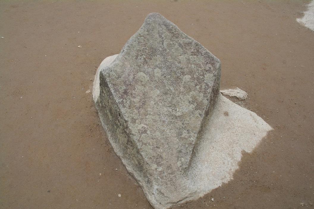 19 net buiten de tempel, op de grond een vliegervormige rots waarvan gezegd wordt dat het de vorm heeft van de sterren van het Zuider Kruis, astronomisch belangrijk voor de Inca's