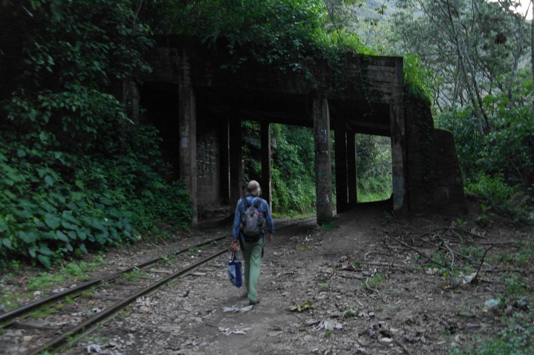 61 wandeling langs het spoor de enige duidelijke wandelroute naar Hidroelectrica