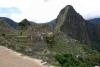 07 blikvanger op alle afbeeldingen van Machu Picchu is de Huayna Picchu -jonge berg-, de bergtop die aan de noordkant van de stad hoog daar boven uit steekt