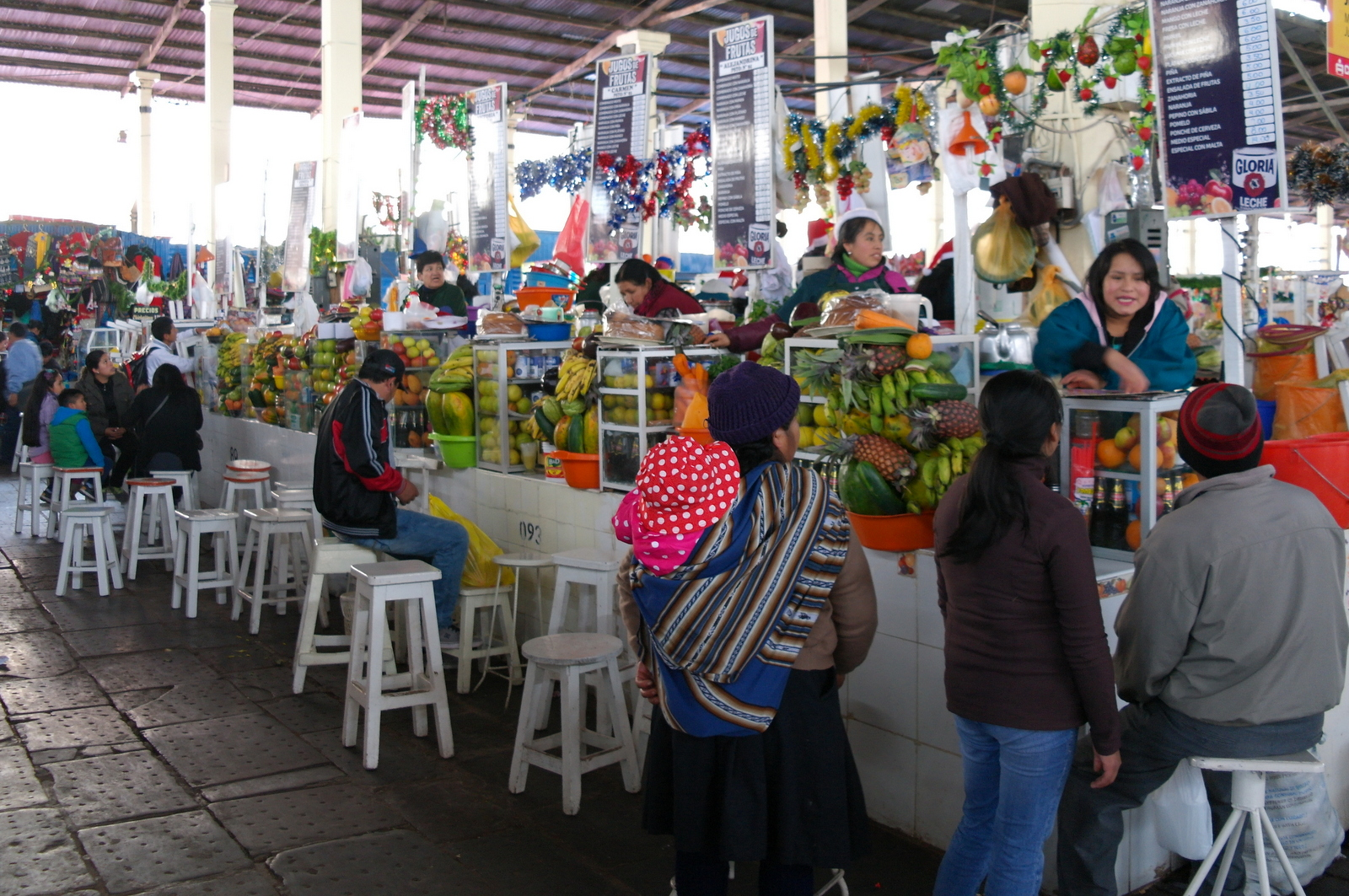 08 uitodigende fruitsap stalletjes in Mercado Central de San Pedro