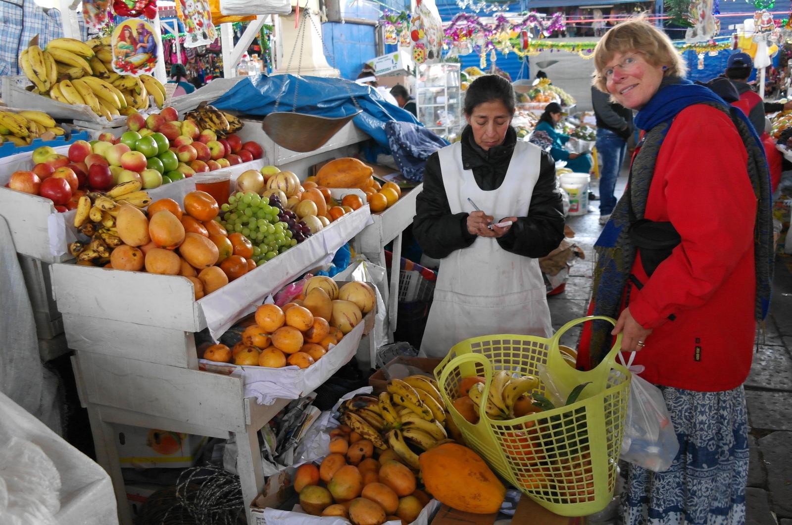 09 we kopen een mand vol fruit voor de fruitsalade voor vanavond, voor de kerstmaaltijd samen met Arishai en Viviana en hun 12 pubers (Ninos del Sol)