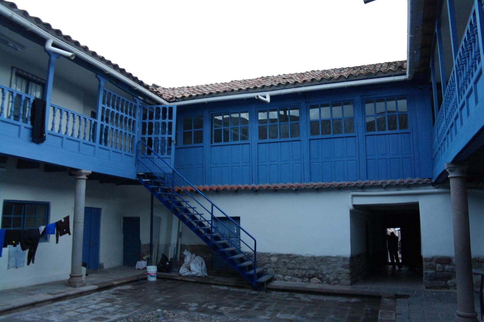 15 na een buitendeur aan de straat komen we op een binnenplaatsje, we zijn op weg naar het bovenwoninkje waar de 2 oudste pleeg puberkinderen wonen van Ninos del Sol