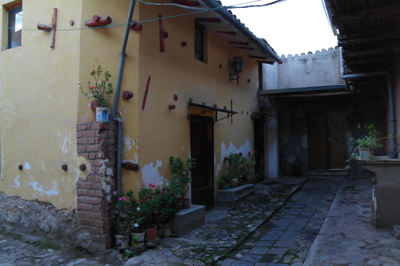 16 een gangetje door en zien weer een aantal woningen. Achter elke buitendeur aan de straat in deze oude binnenstad blijkt er haast een klein dorpje te zijn ontstaan