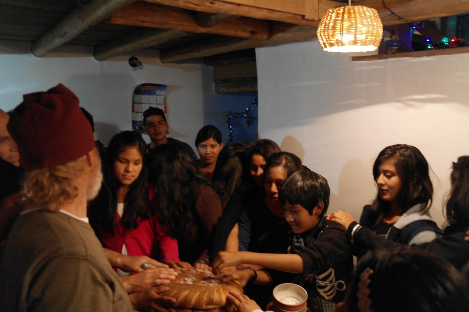 29 we staan om de gedekte tafel en worden uitgenodigd allemaal onze handen op het grote ronde eigen gebakken brood te leggen