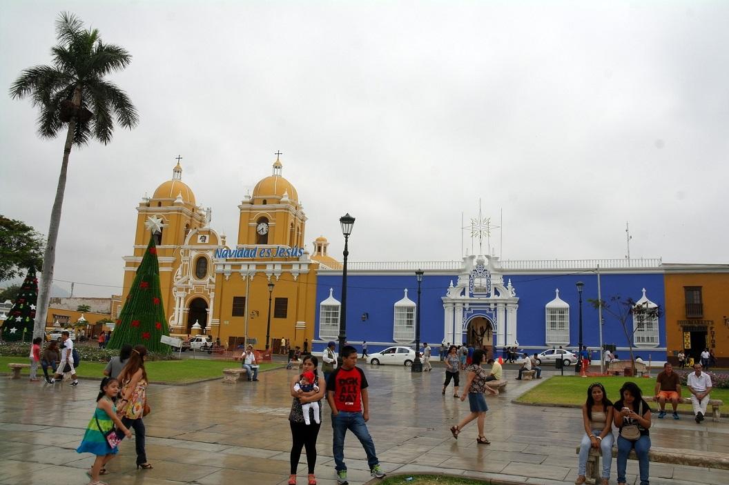 08 Plaza de Armas in Trujillo, op de achtergrond de Cathedral nog in Kerstsfeer - Navidad es Jesus (Kerstmis is Jesus)