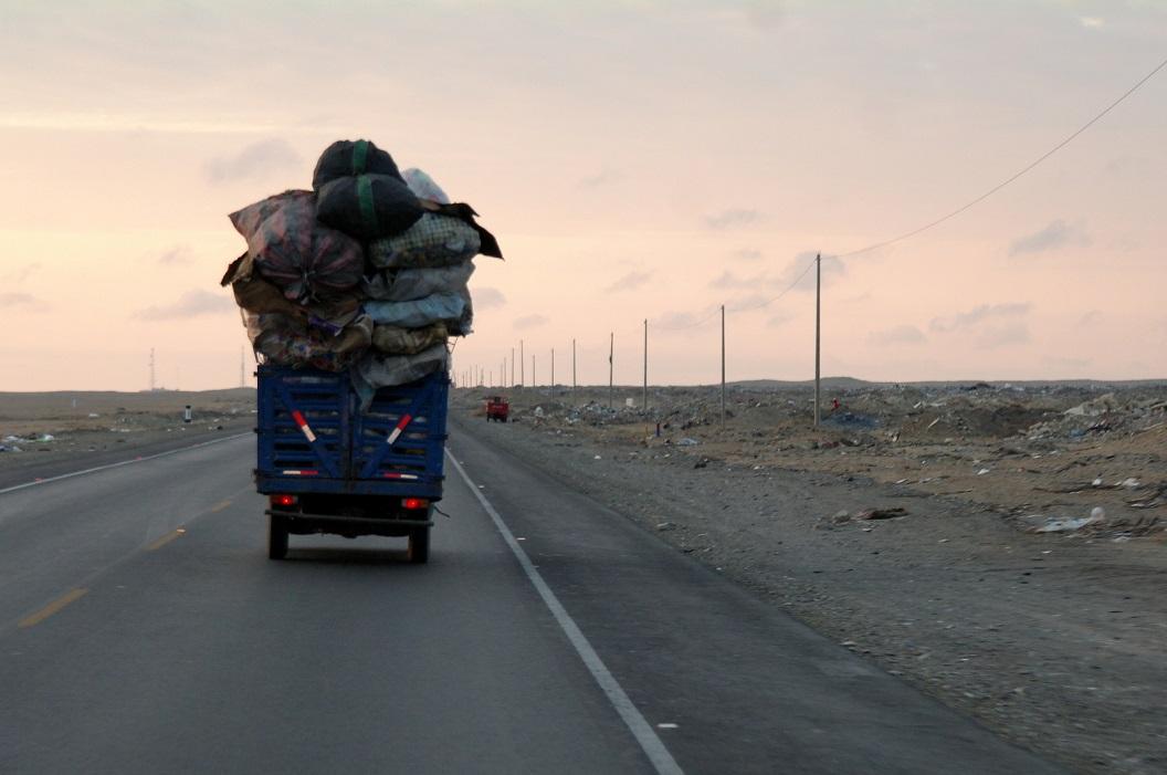 13 onderweg, langs de Panamericana Norte, verbazen we ons meer en meer over de hoeveelheid huisvuil en bouwmaterialen ongecontroleerd gedumpt