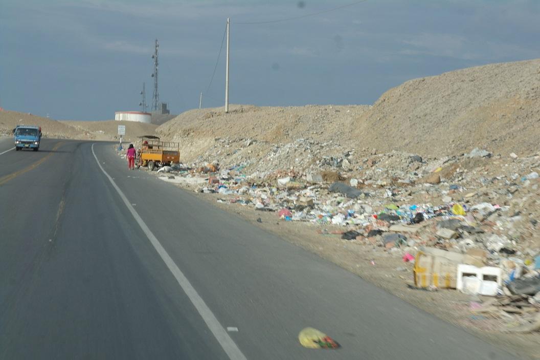 15 stapels gedumpt huisvuil en bouwmaterialen langs de Panamericana Norte vooral bij binnenkomst van de grotere steden
