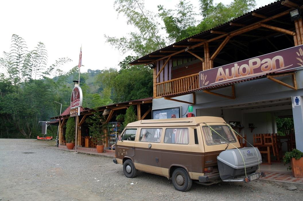 03 tussenstop bij Wegrestaurant AutoPan met Tankstation waar overnachten voor we verder gaan naar Medellin