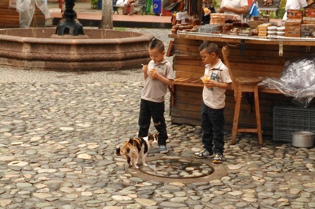 09 op het pleintje van Mirador del Cerro Nutibara, ontmoetingsplaats voor vrienden, familie-uitjes en toeristen