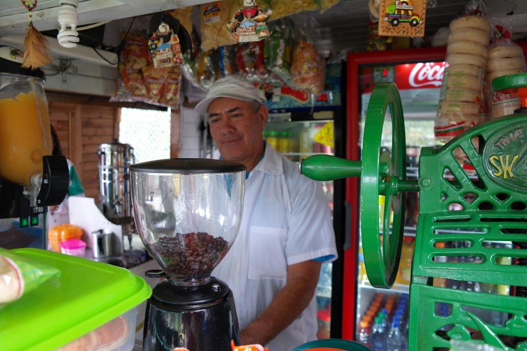 12 tijd voor een verse beker Colombiaanse koffie op Pueblito Paisa