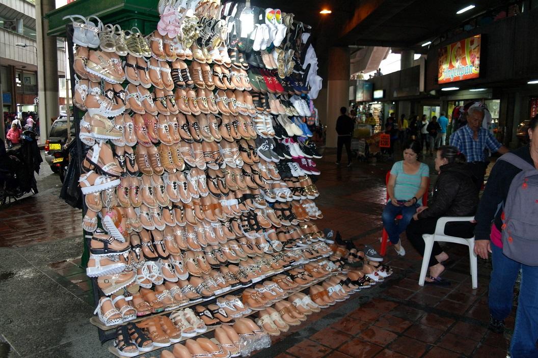 14 schoenverkoopster onder Metro station Parque Berrio in Medellin