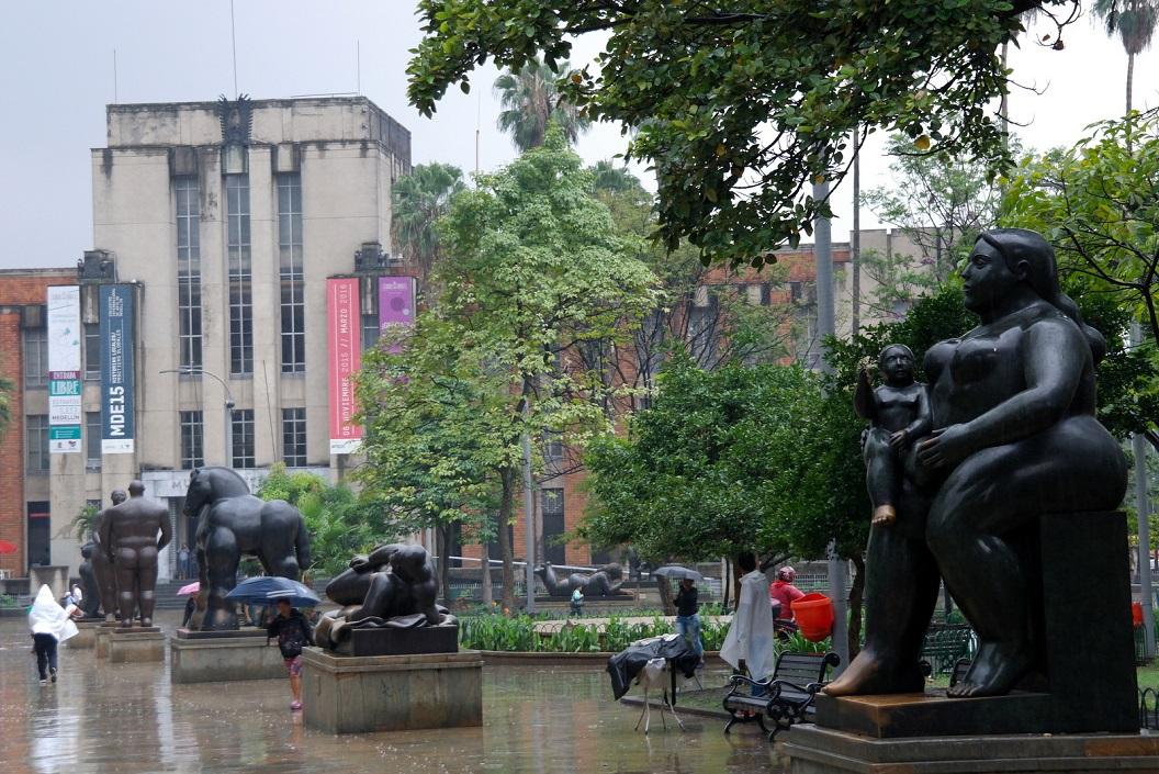 16 het beeldenpark werd een voorbeeld van sociaal herstel, want dat was een donker en deprimerend gebied. In de 1990s was Medellin het centrum van Cocaine Trade - Wereldwijd