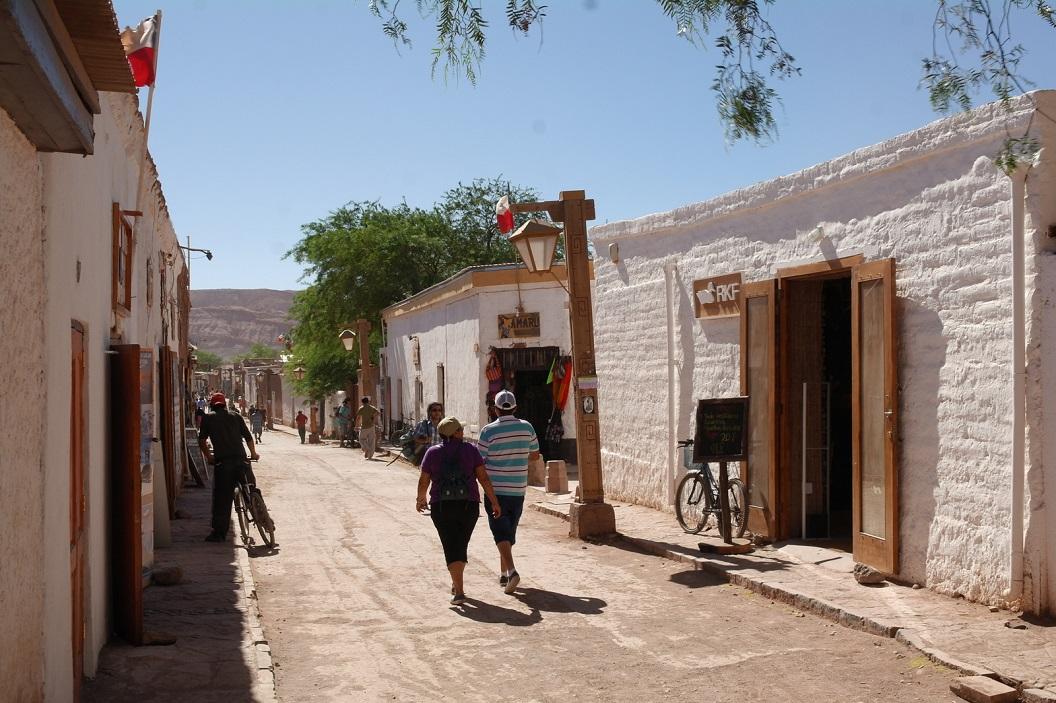 06 straatbeeld van San Pedro de Atacama, de kleine oase aan de voet van een schitterend vulkaanlandschap en aan de droogste woestijn ter Wereld