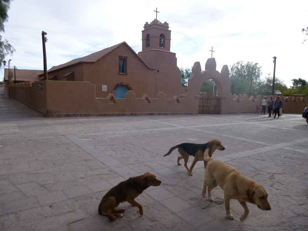 11 Iglesia de San Pedro ( 1774) met de lemen klokkentoren uit 1964