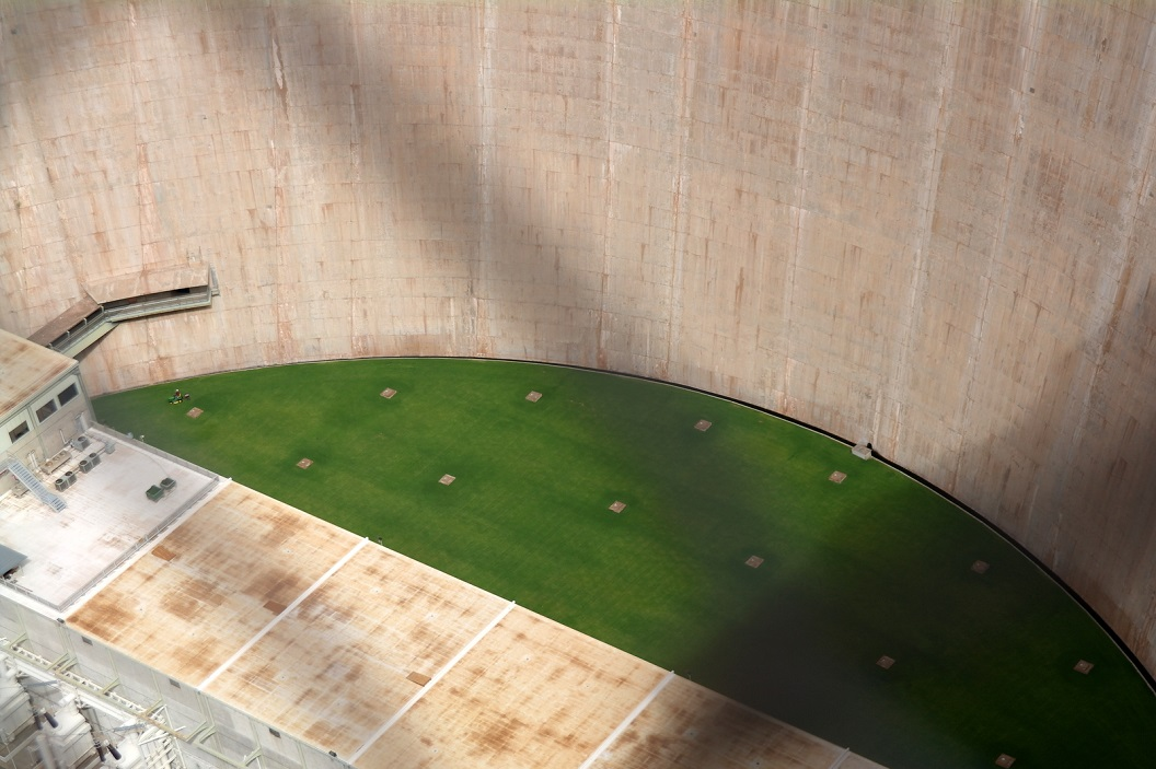 14 aan de basis van de dam blijkt een grasveld te liggen SAM_6589