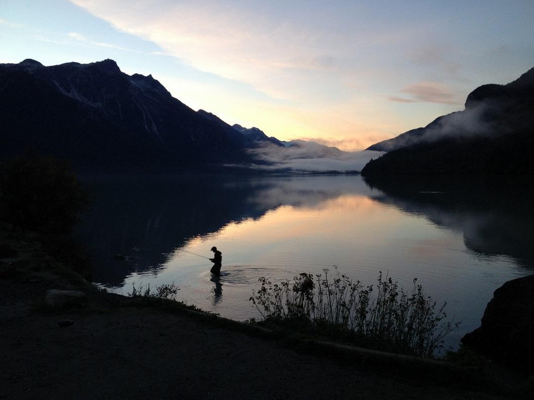 12 in Haines - prachtige zonsondergang en een verlate visser aan een meer even buiten Haines -Alaska IMG_5509