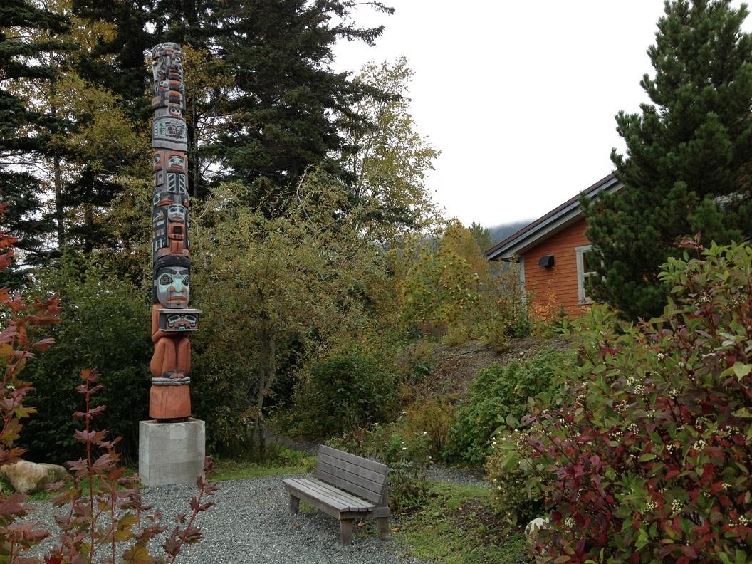14 Totem Pole Park voor de bibliotheek, de Totem vertelt met de symbolen het verhaal van de geschiedenis van de Haines bibliotheek IMG_5521