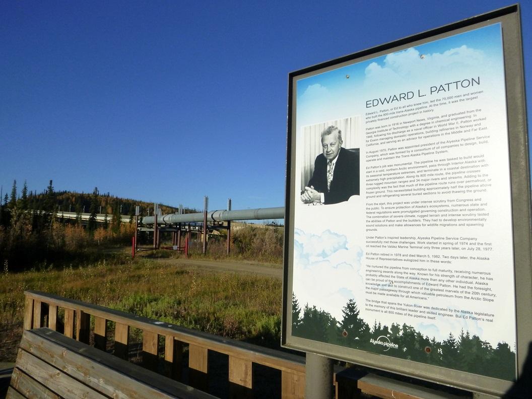 13 uitleg bij Yucon River - Edward L Patton hoofd ingenieur van de Trans-Alaska Pipeline - de pijpleiding loopt 380 mijl ondergronds, overbrugt 13 rivieren, doorkruist 3 bergketens P1030146
