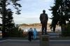 08 uitzicht op het haventje van Chemainus met standbeeld van H.R Mac Millan (1885-1967) met aandacht voor zijn visie ´Making a name and making it good´ SAM_9193