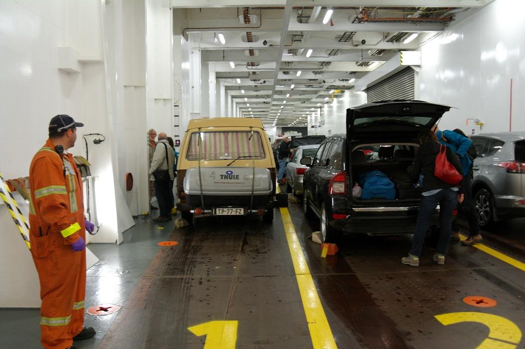02 de wagens worden stevig verankerd voor de overtocht van ca 15 uur SAM_0132