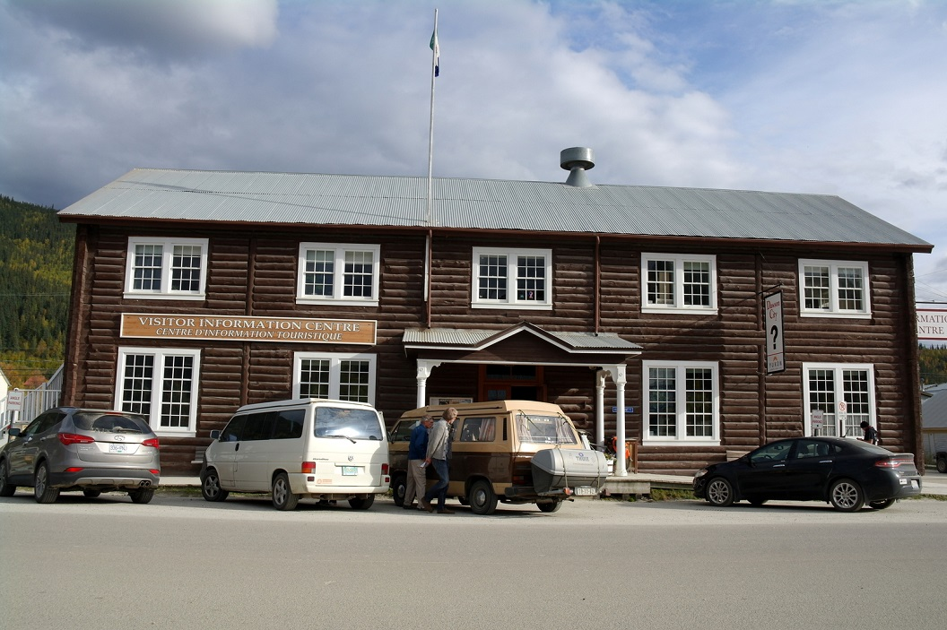 38 Dawson City - stop bij het Visitor Information Centre SAM_0871