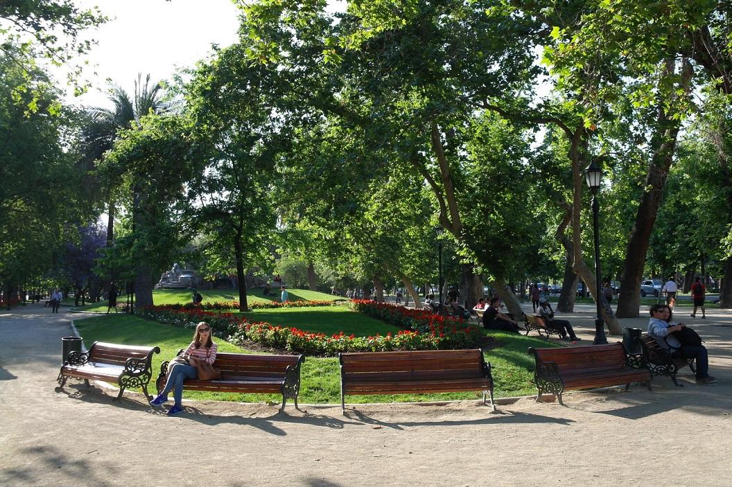 04 Santiago een stad met vele groene parken, groene  eilandjes met bankjes die meestal druk bezet zijn