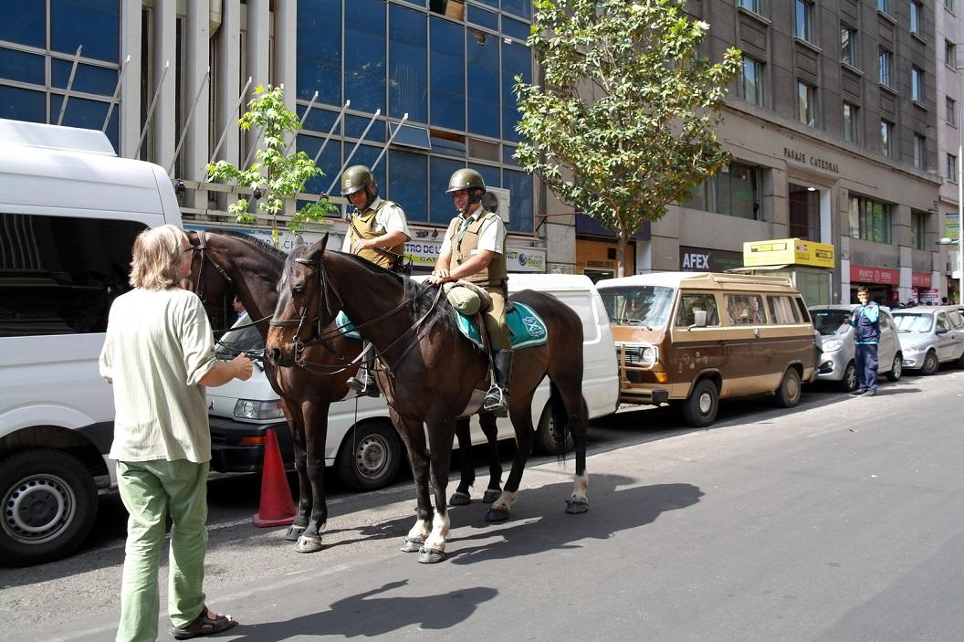 35 belangstellend praatje met de bereden politiecontrole in de straat van Santiago waar ons busje geparkeerd staat