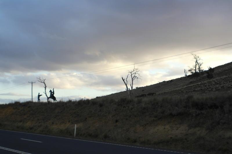 29-bushranger-silhouette-een-van-de-vele-sculptures-langs-de-heritage-highway