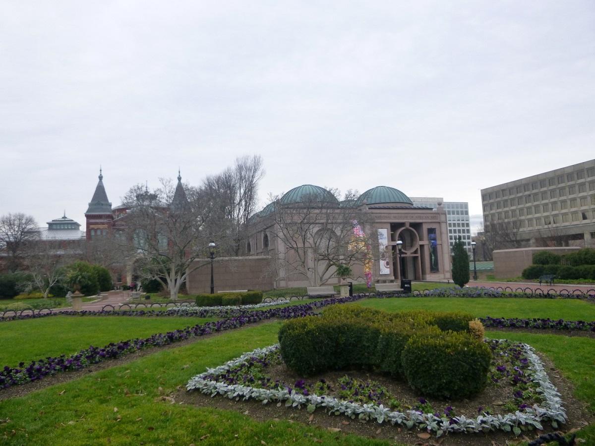 17 Enid Haubt Garden, met zicht op National Museum of African Art