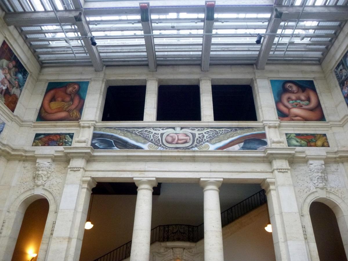 25 muurschildering aan de oostwand - Rivera draagt alle ontwikkelingen op aan de kern - de groei vanuit de kern - baby zich ontwikkelend vanuit moeder aarde naar een technische wereld