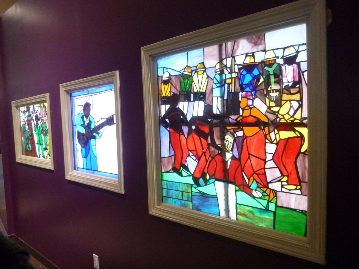 9 in de hal expositie The Musicians verhalen in glas in lood, Art of Samuel A Hodge